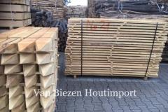 Robinia-bezaagde-palen-planken